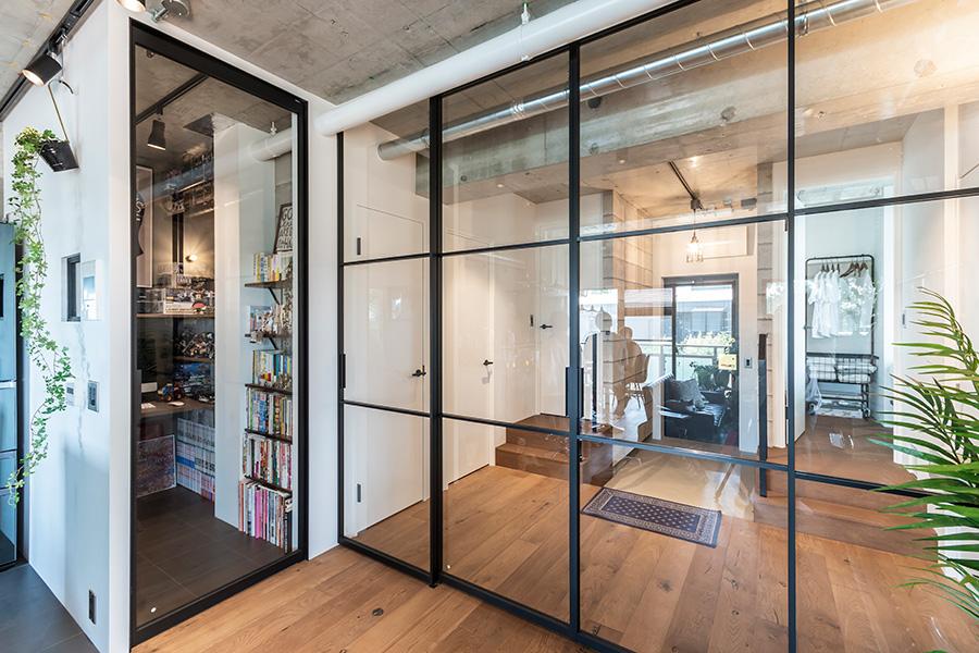 開閉式のクリアガラスが空間を仕切る。