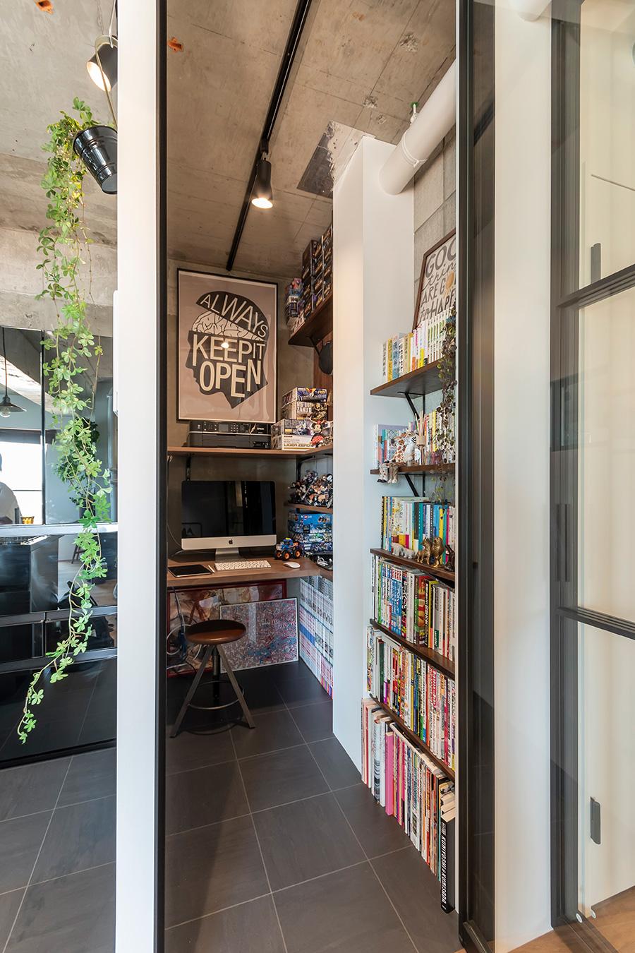 キッチン横に設けた、信介さんの書斎。