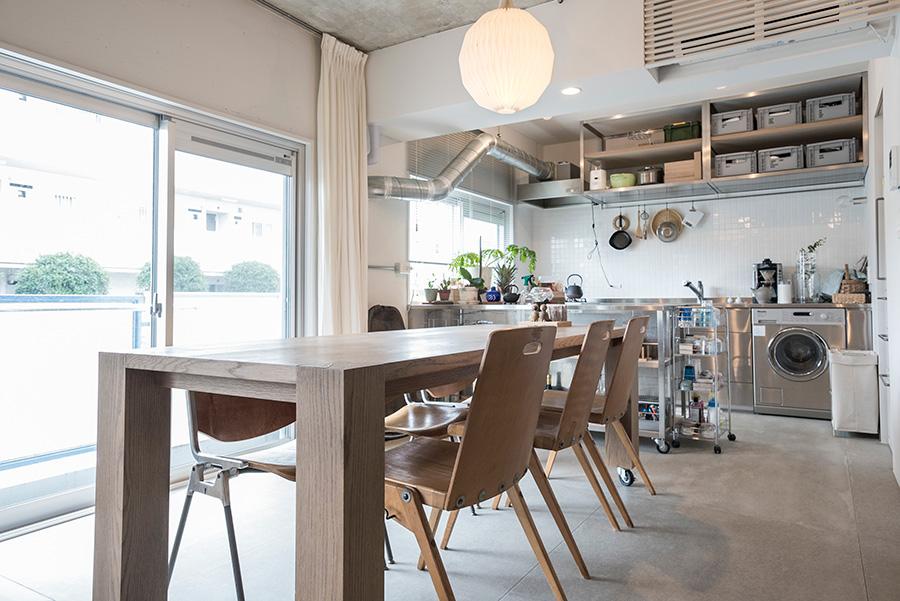 オーク材を天板に使用したダイニングテーブル。椅子はドイツのパブリックスペースで使われていたらしいアンティークなど。照明は望さんが以前から持っていたレ・クリントが意外とはまった。フレキシブルボードの床とも調和する。
