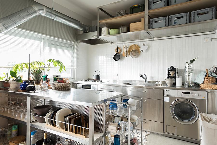 ガスコンロや食洗機はあったものを活用して、ステンレスキッチンにチェンジ。キッチンの位置を変えたことで現れた配管は、あえてそのままに。白いタイルは名古屋モザイク工業のもの。