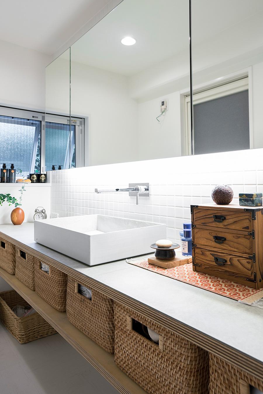 洗面はフレキシブルボードの余り素材を天板に活用。シンクの外側はアルミのバフ仕上げ、中にひびの入りにくいモールテックスを塗装した。