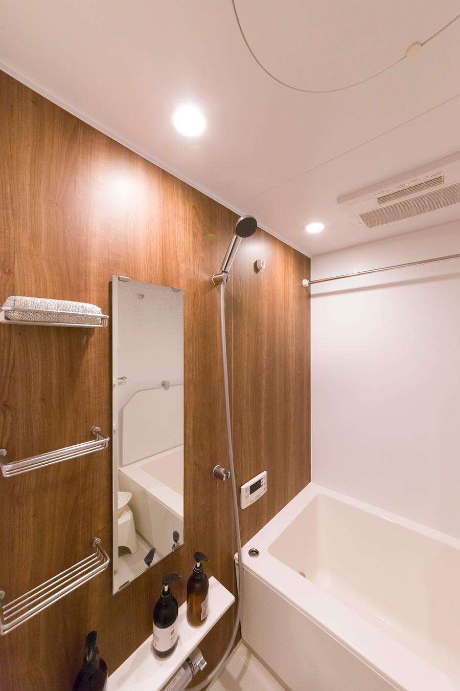 「せっかくのリノベーションなので風呂場も一から作りたかったのですが、予算の関係でユニットバスにしました。このパナソニックのものは木目が気に入っています」
