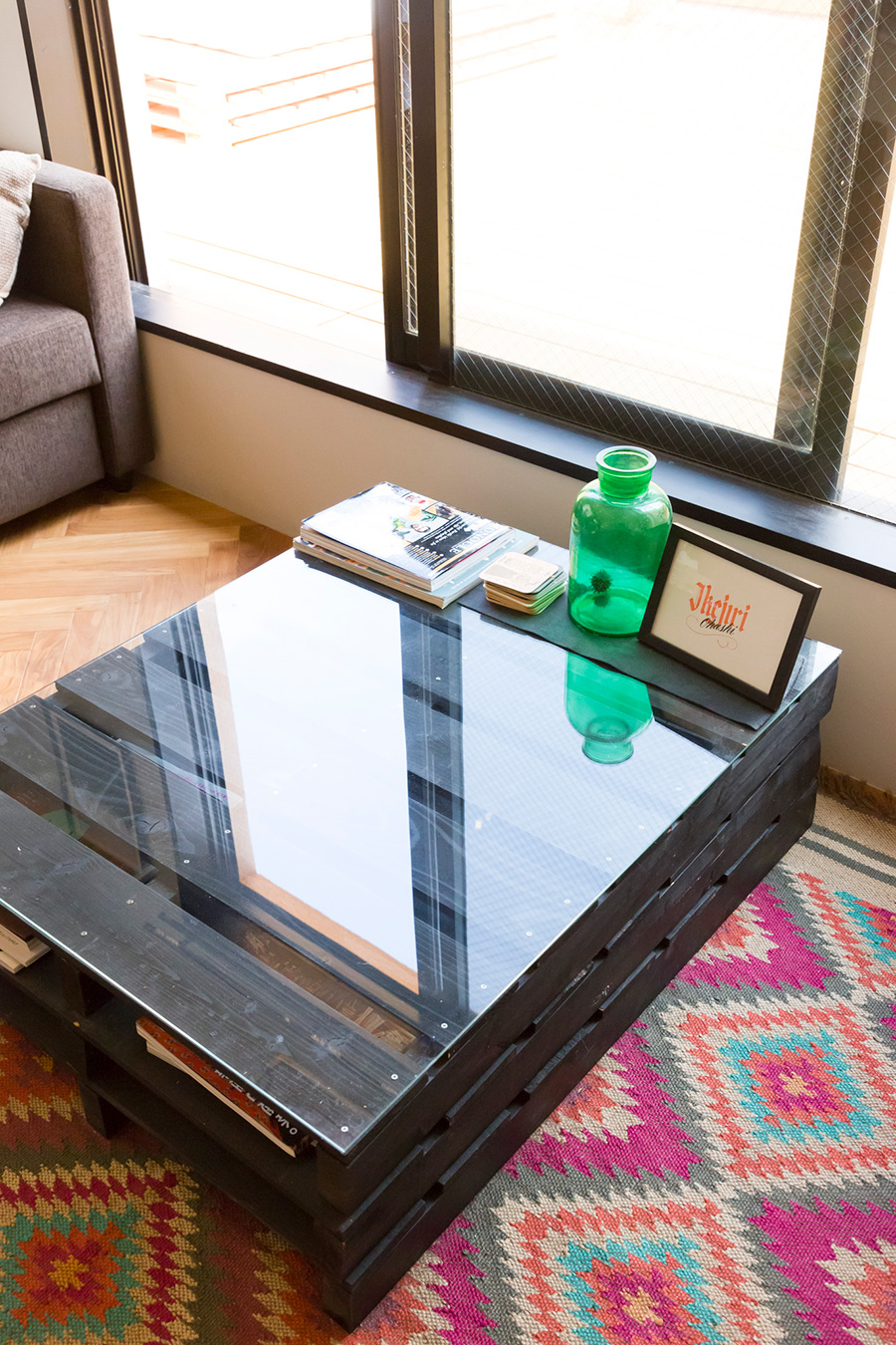 パレットに色を塗って重ね、ガラスの天板を置いてローテーブルをDIY。
