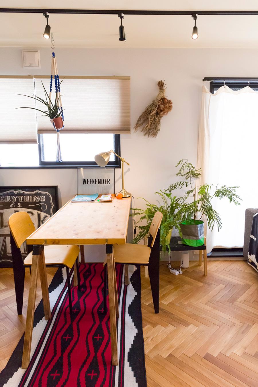 「知人の工房にあった天板を譲ってもらい、テーブルを作りました」。イスはジャン・プルーヴェのスタンダードチェア。