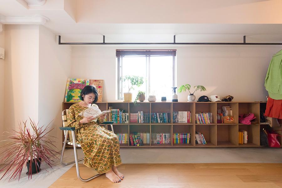 玄関を入ってすぐのホールは多目的に使うことができる贅沢なスペース。「ここで本を読むのが好きです」(奥さま)。