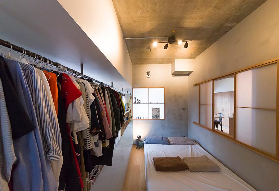 ホールとLDKの間に、寝室とクローゼットを兼ねた空間を設けた。一直線に続く土間が、ホール、寝室、LDKをやわらかくつなぐ。