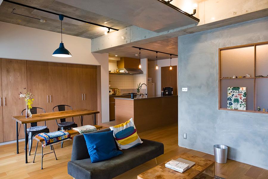ダイニングの背面に大きな収納スペースを設け、見せたくない雑多なものをしまっている。テーブルやソファなどの家具は、前の家で使っていたものがほとんど。