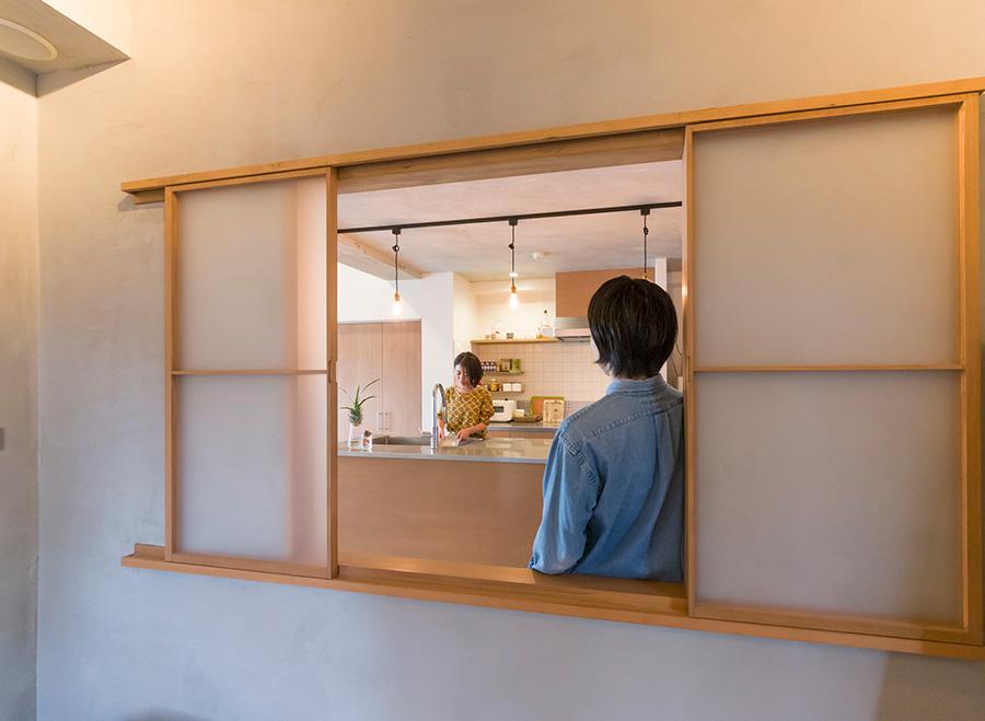 寝室の壁に小窓を設け、閉塞感をなくしている。