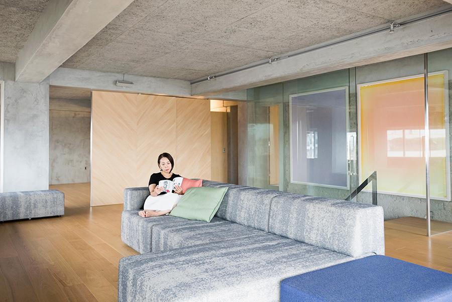 細かく仕切られていた空間をスケルトンにして、ワンルームのように。中央にはスペイン・サンカル社のソファーが構える。