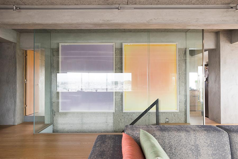 ガラスの仕切りで囲われた階段まわり。夜はスポットライトで照らされ幻想的な雰囲気に。