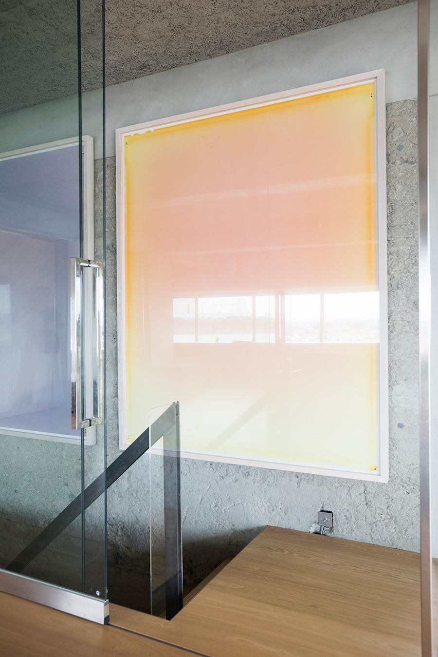 友人でもあるアーティスト川久保ジョイ氏の作品を階段や玄関に飾る。3.11の震災後、福島の土の中で感光させた3部作。。