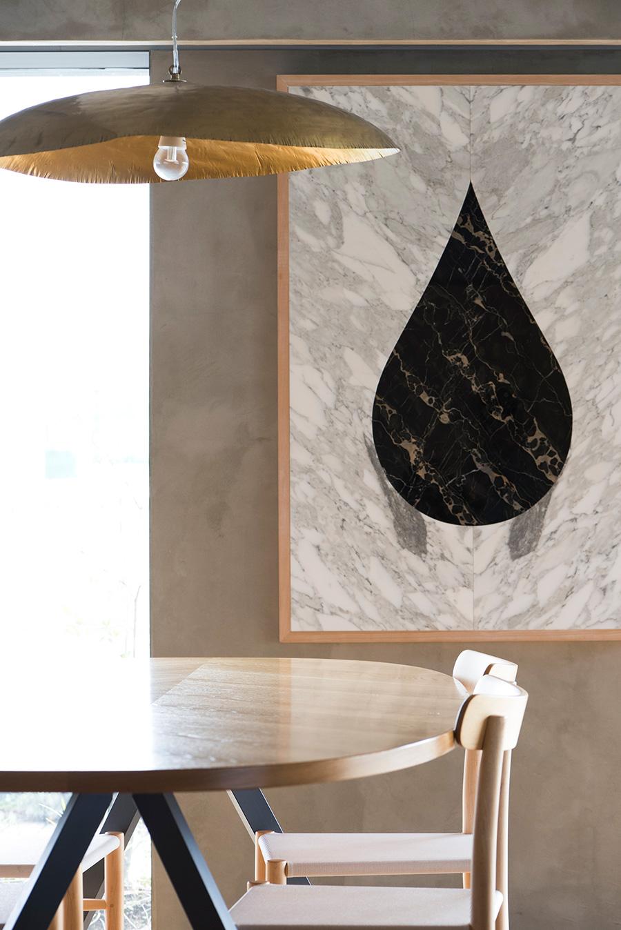 夫であるアーティスト藤元明氏の作品をダイニングに。いずれ枯渇してしまう石油エネルギーのシンボルを、普遍的な存在である大理石に置き換えている。