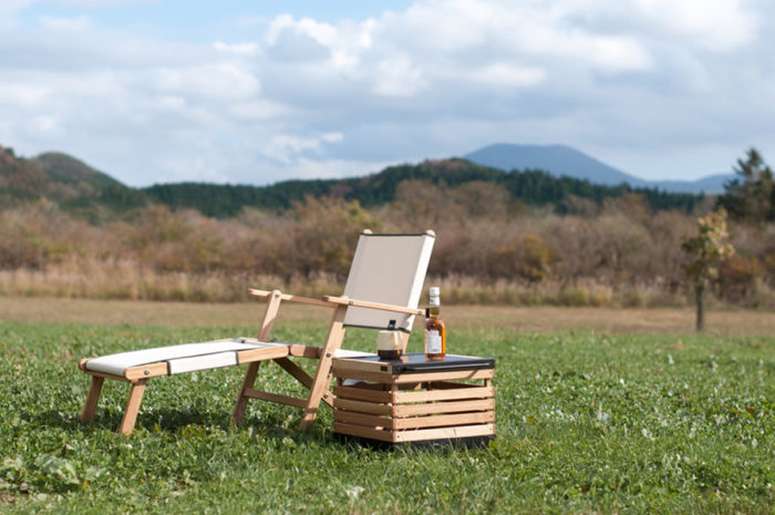 アウトドア専用の家具である必要はない。家で気持ちよく過ごせる家具は、外でもいい時間を過ごすことができる。