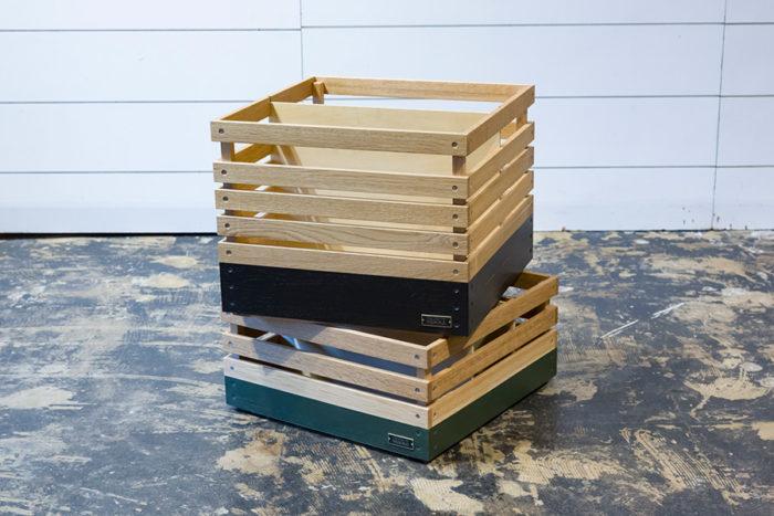 スタックボックスのサイズは高さの違う2種類。色は3種類ある。板の隙間から中身がチラりと見えるのが便利。