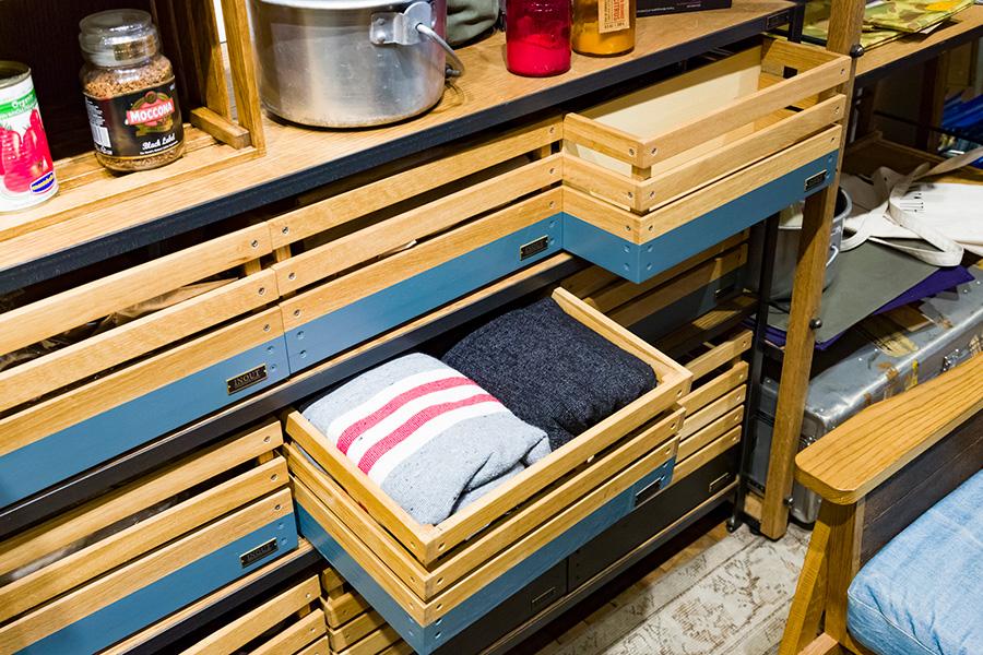 キャンプから家に帰ったら、箱ごとシェルフに収める。次にキャンプに行くときは箱ごと持ち出す。スタックボックス専用のシェルフも用意されている。