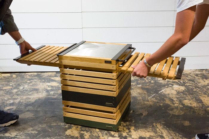 コネクタの取り付け方はごく簡単。横から板と板の間にブスッと挿すだけ。