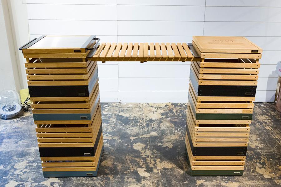 ボックスを4段づつ重ね、コネクタを渡せばバーカウンターの完成。