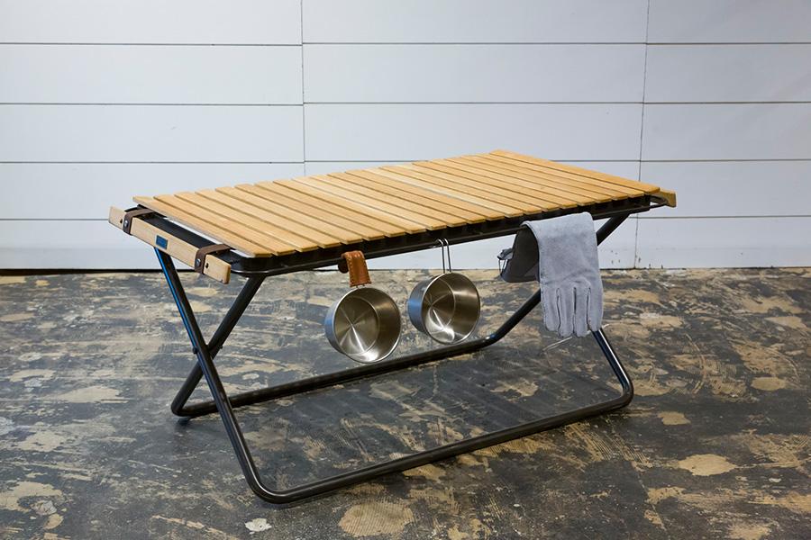 このテーブルは『INOUT』が作った最初のアイテム。テーブルトップのサイドのバーに小物を掛けられるのがとても便利。脚の高さは2種類から選べる。