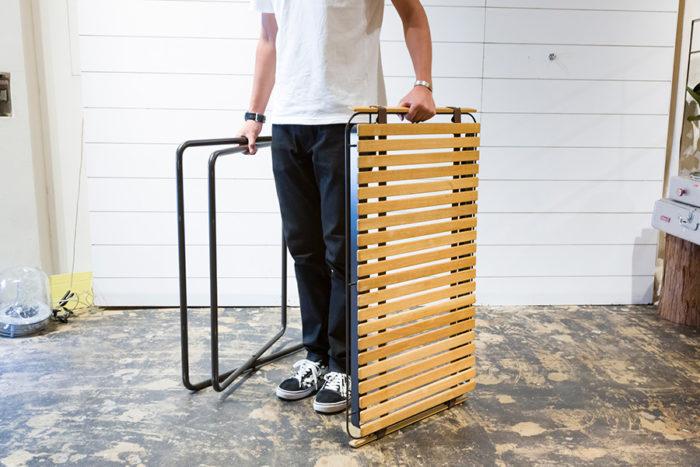 脚と天板を取り外すことができる。さらにスチールの枠から天板を取り外し、丸めて持ち運べる。