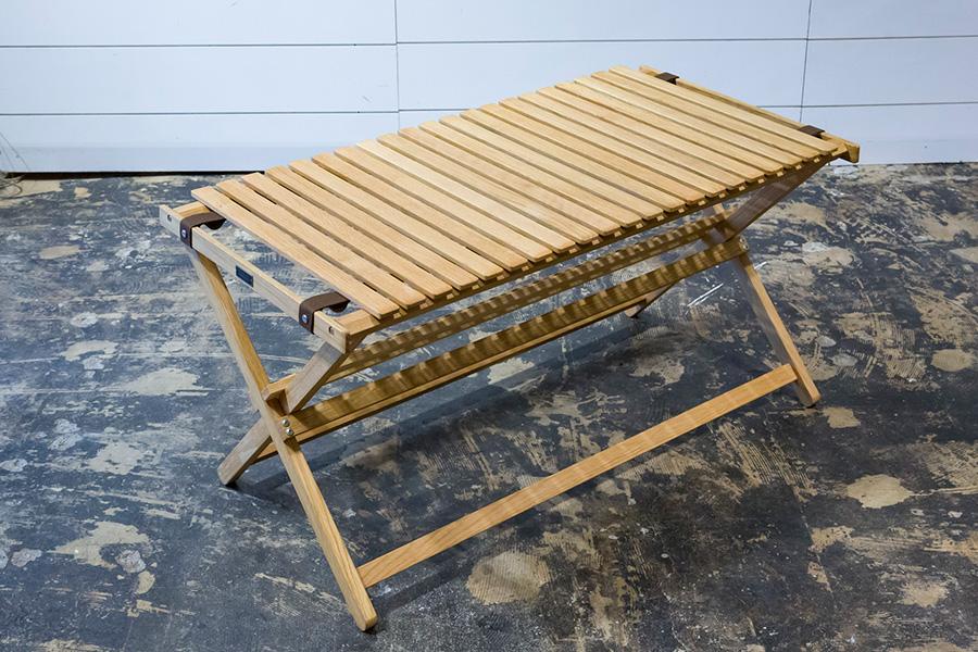 脚もナラ材でできたテーブルも。軽くて持ち運びがしやすい。