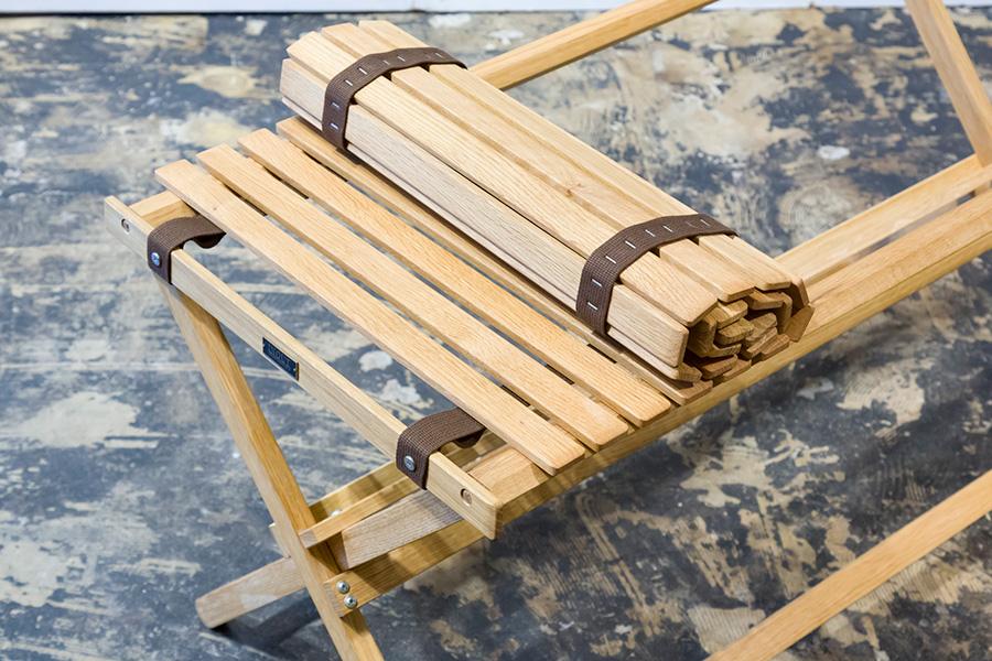 仕舞う時は、テーブルトップをくるくると丸め、脚はクルリと回転させればスリムに畳むことができる。