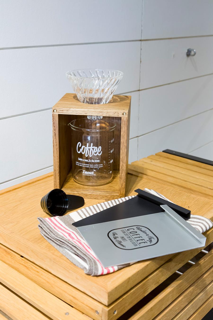 1キャンプサイトの清々しい空気とともに味わうコーヒーは格別な味。コンパクトな箱の中に、本格的なコーヒードリッパーが収められているドリッパーキット。