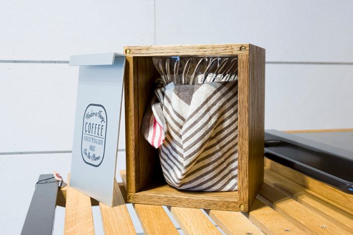 ガラスのドリッパー、耐熱ビーカー、緩衝材代わりになる厚手のクロスが箱の中にキッチリと収まる。