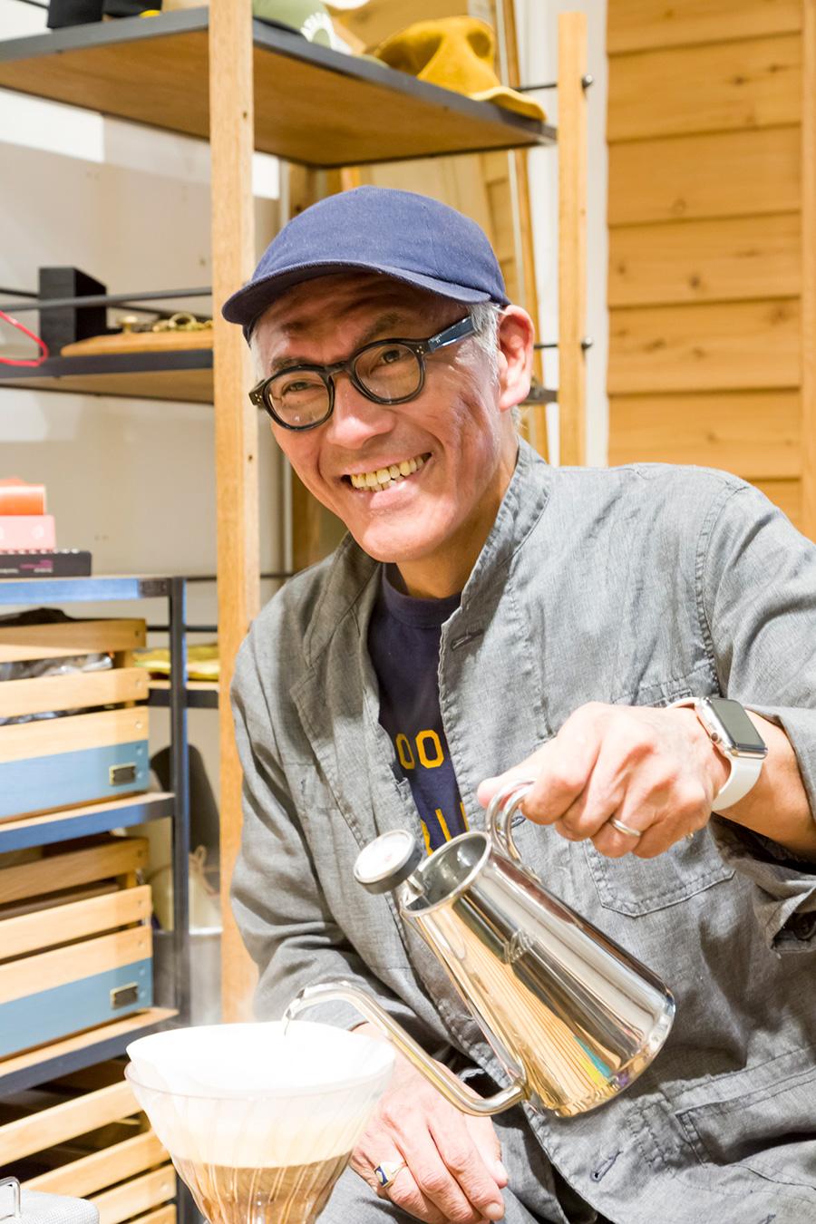 ヴィンテージのコールマンのバーナーでお湯を沸かし、コーヒーを淹れる『INOUT』クリエイティブディレクターの沼田裕進さん。