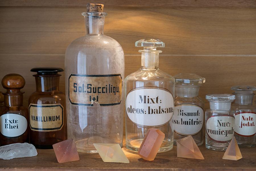 ハイデルベルグの薬局で購入した古い薬瓶をディスプレイ。手前にアンティークの結晶模型を並べて。