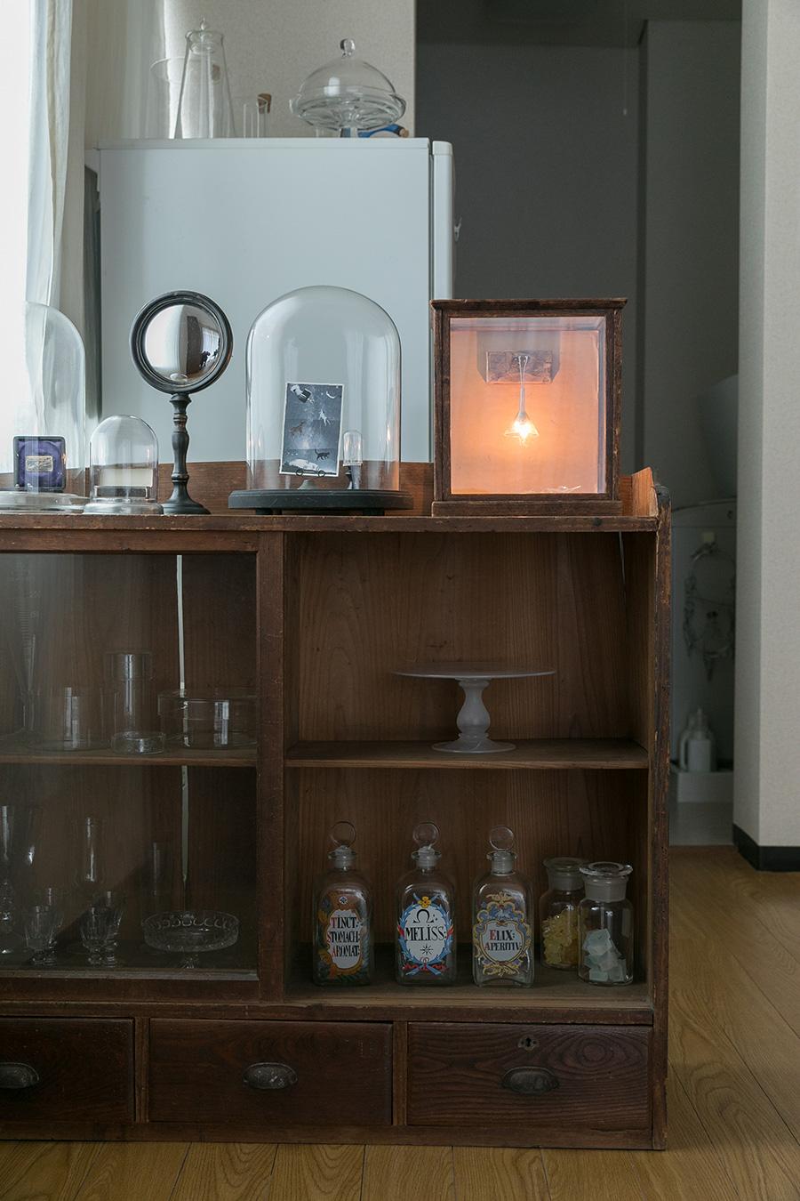 背の低い棚には、酒器などガラス製器類を見せながら収納して、リビングとキッチンの間仕切りに。