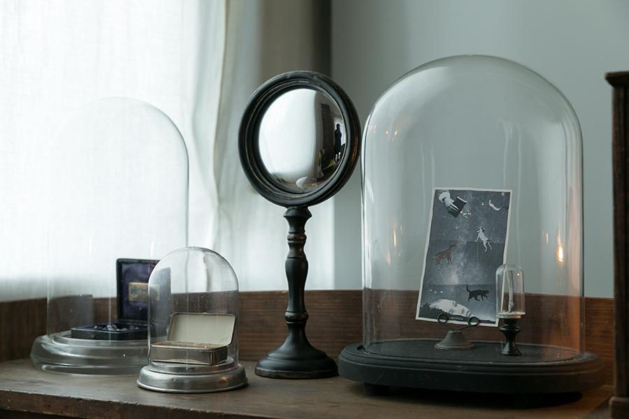 ドーム型のガラスケースを並べて。フランスで見つけたオーバルのガラスドームは珍しい。
