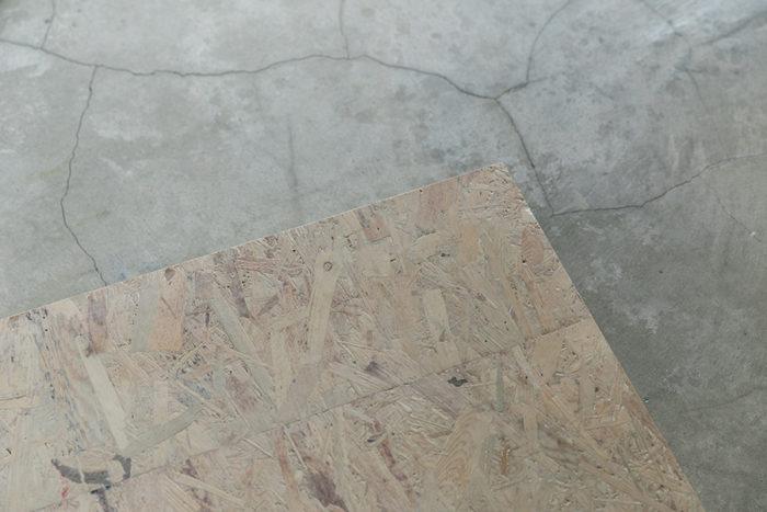 薄く白にペイントしたOSB合板と、モルタルの組み合わせが美しい。