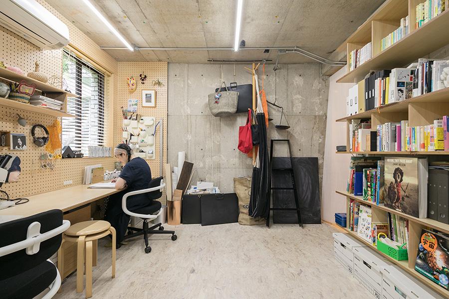 慶子さんのワークスペース。壁に沿って長い天板を設置。