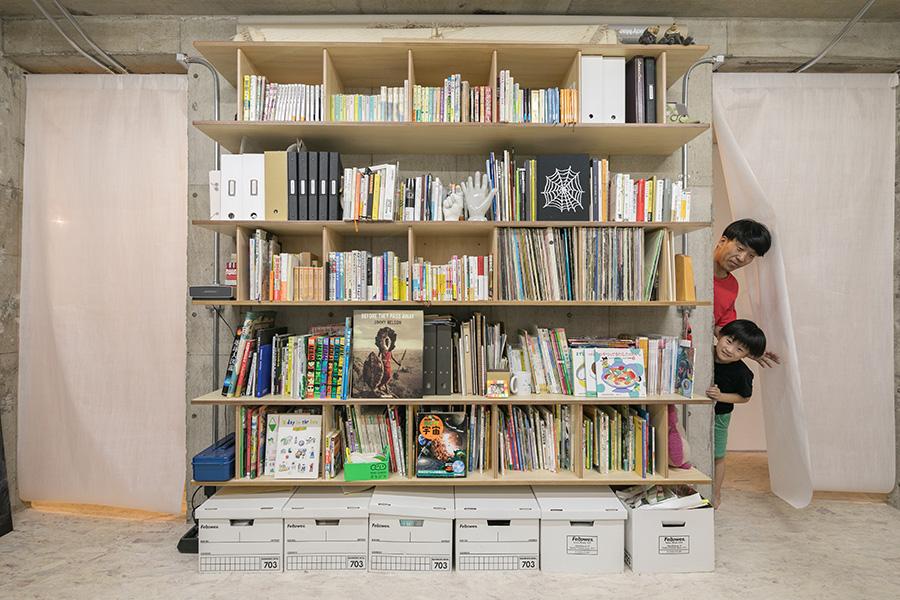 ワークルームの本棚。賢策さんの蔵書は事務所に置いてある。