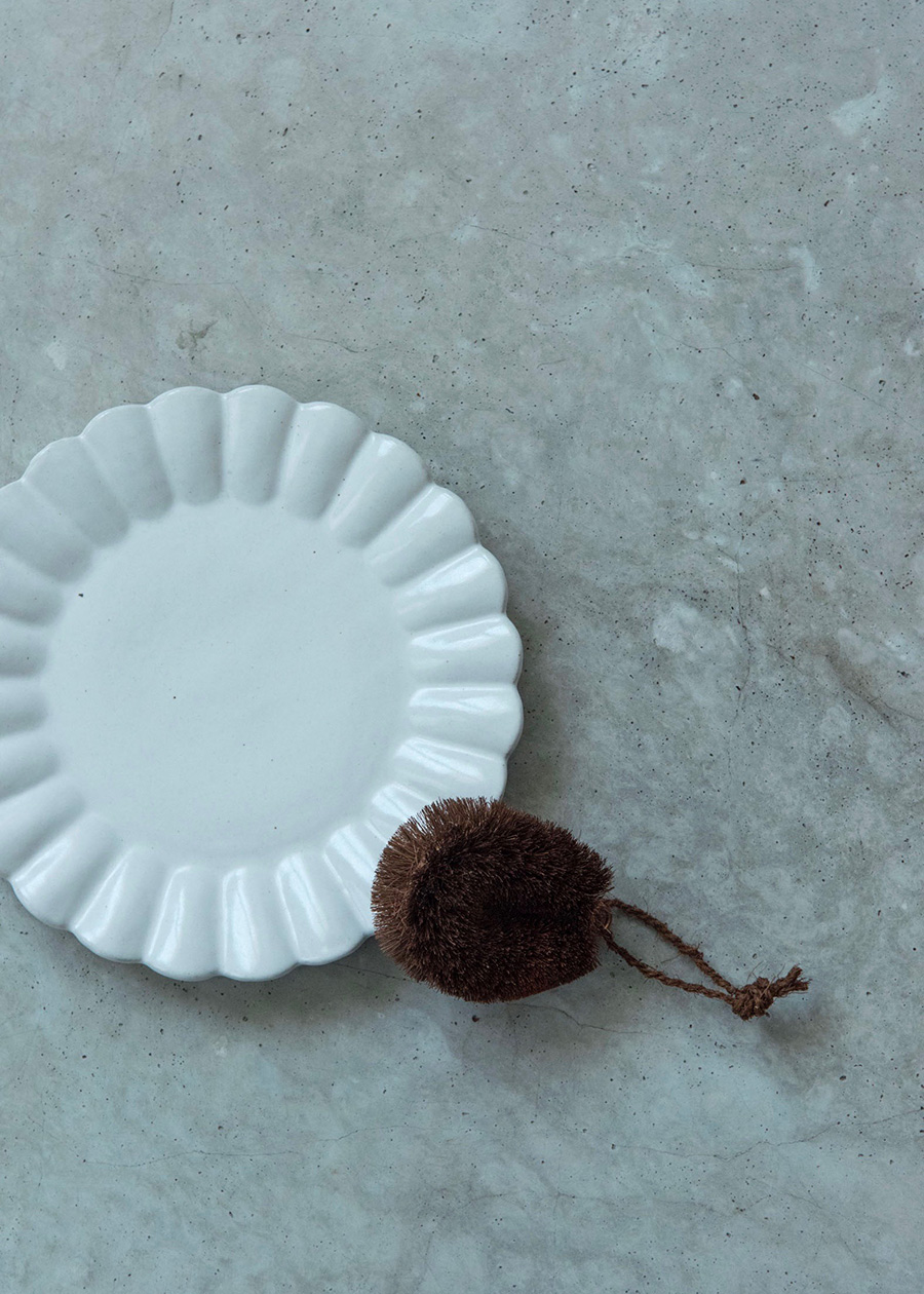 """紀州産棕櫚たわし""""特小""""サイズ。陶磁器の細部まで、表面に細かな傷をつけることもなく、確実に汚れを落とす。"""