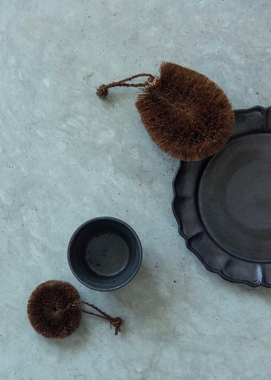 """紀州産棕櫚たわし""""まる""""は、いちばん小さなサイズ。湯呑やエスプレッソカップの底までしっかり洗える。"""