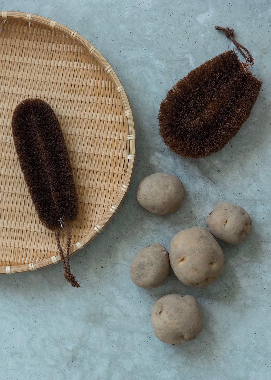 """紀州産棕櫚たわし""""細め""""は、毛先が短いので、繊維の目が詰まっているザルの汚れ落としに最適。紀州産棕櫚たわし""""大""""は、根菜の泥落としや皮むきに。"""