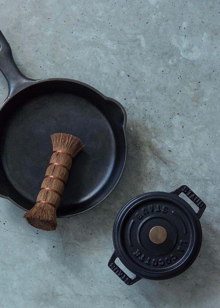 """紀州産棕櫚""""ささら"""" φ3.5 H11cm ¥3,200 鉄鍋はもちろん、テフロン加工のフライパンやお鍋なども傷つけることなく洗える。"""