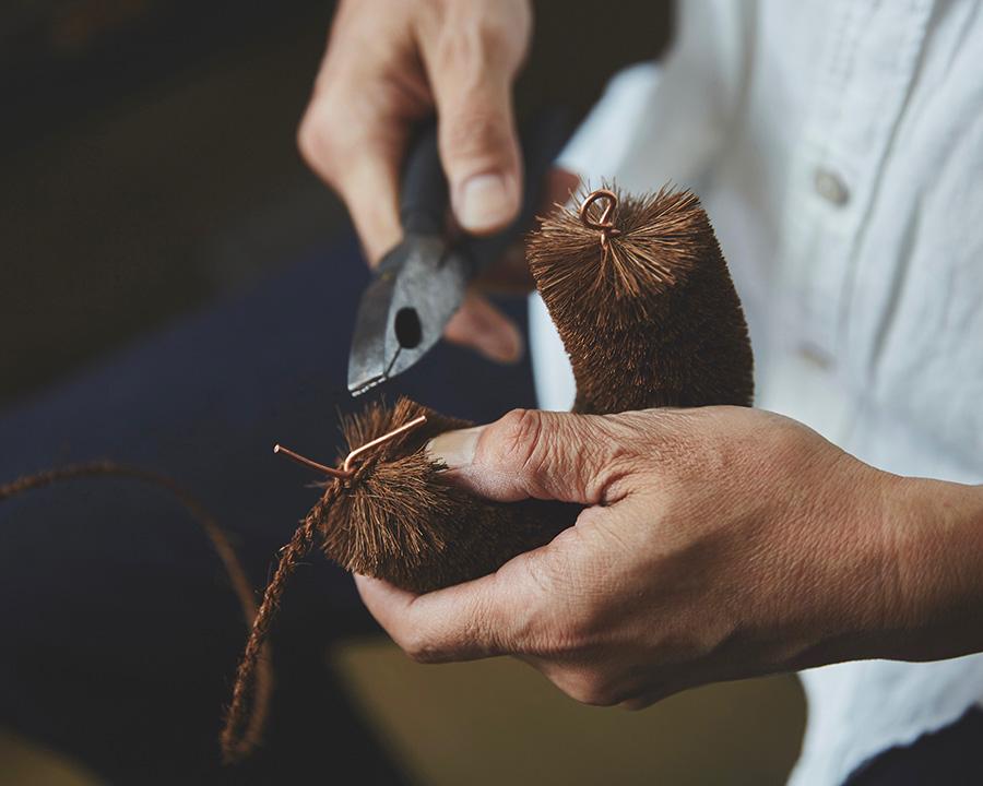 たわしのカタチに曲げ、縄を巻き針金で留めて完成。