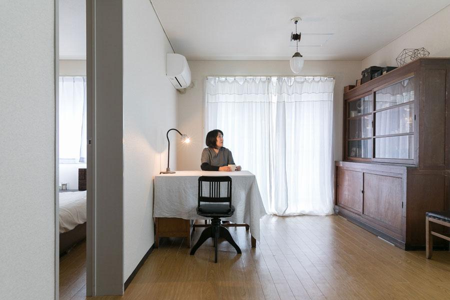 本棚は実家で使用していた古いもの。天井照明も昭和初期のもので、あえて光を抑えて。