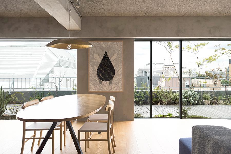 明るいダイニングスペースには、永山さんがプロジェクトの為にデザインしたテーブルに、マルニ木工のジャスパー・モリソンの椅子、ジェルバゾゾーニのペンダントライトを。