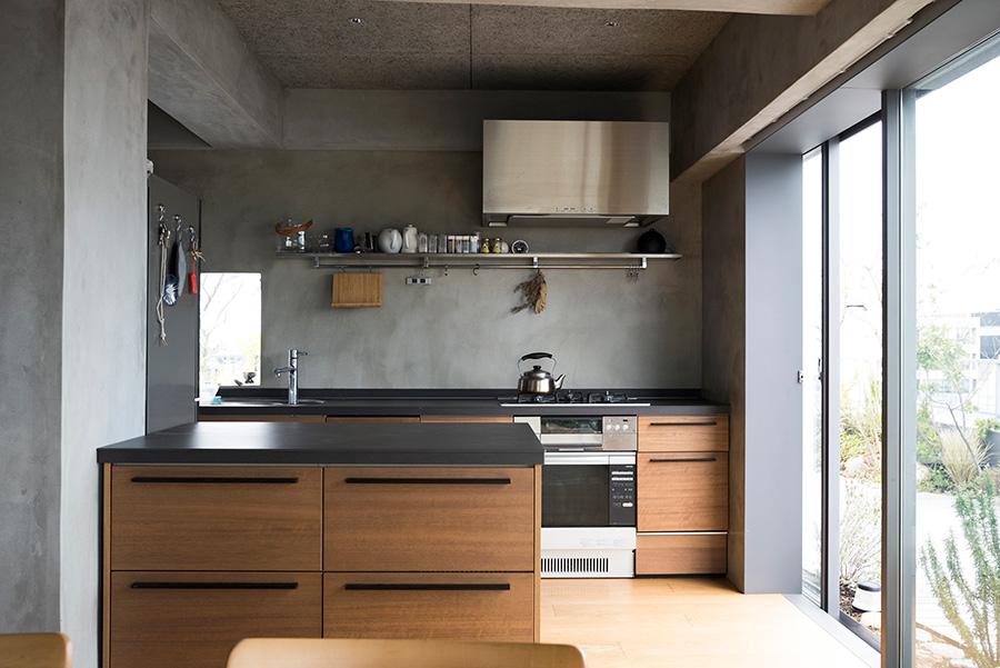 主婦目線で使い勝手も追求したというキッチン。コンロまわりの壁にはトップコートをかけて油ハネに対応。