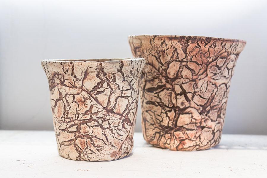 海外の陶芸家によるハンドメイドの鉢。根塊植物の木肌や原産地の風景をイメージさせるゴリゴリとしたテクスチャは、『TOKY』でも人気のシリーズ。