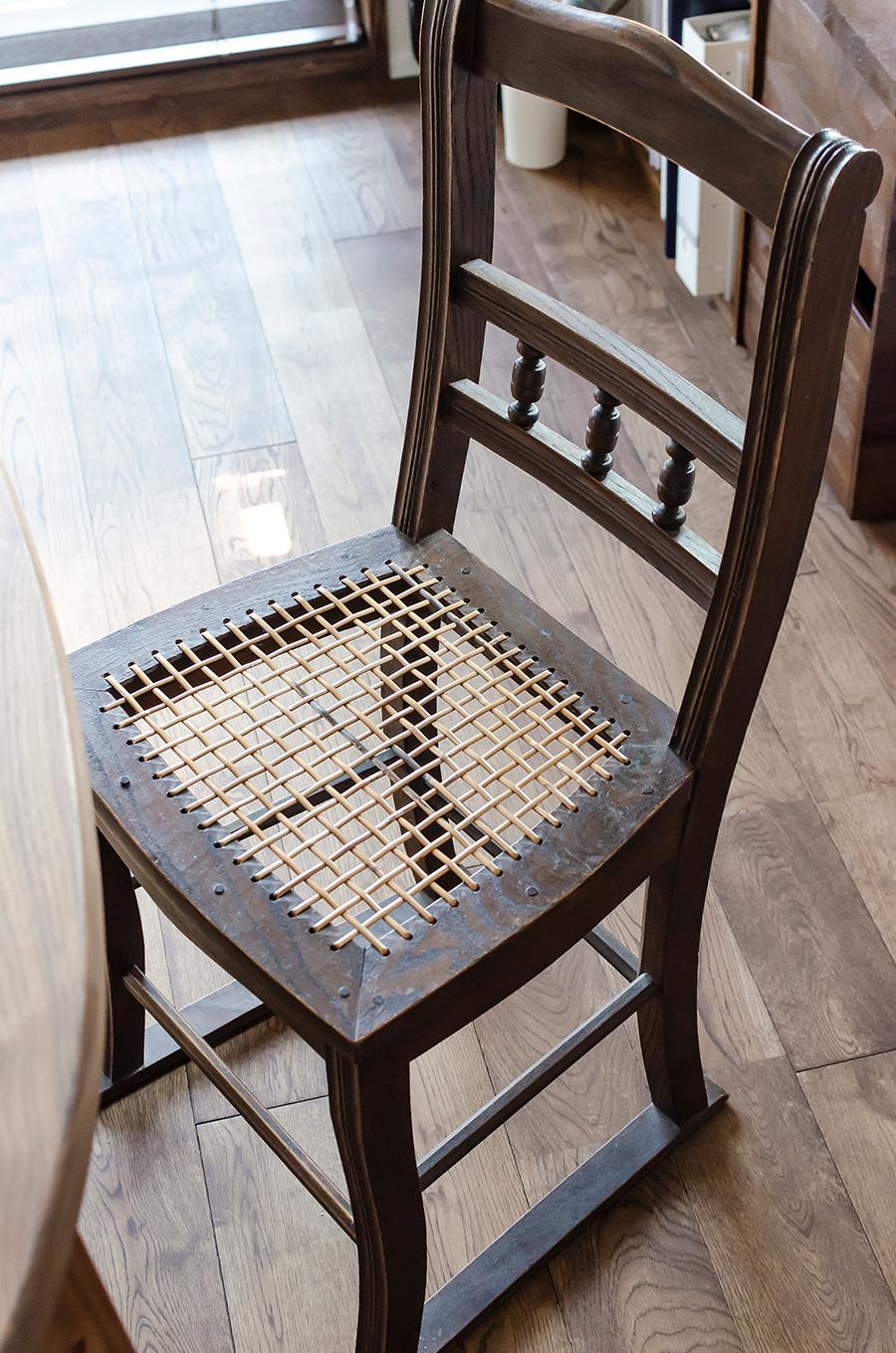祖母の嫁入り道具だった椅子は座面を張り替えた。