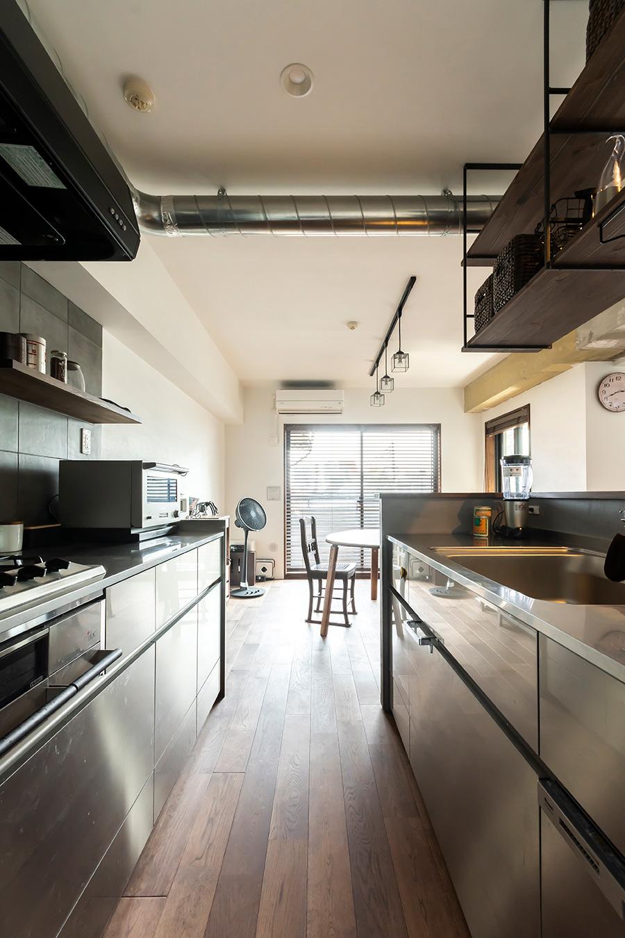 キッチンはメタリック&モルタル調でシックに。