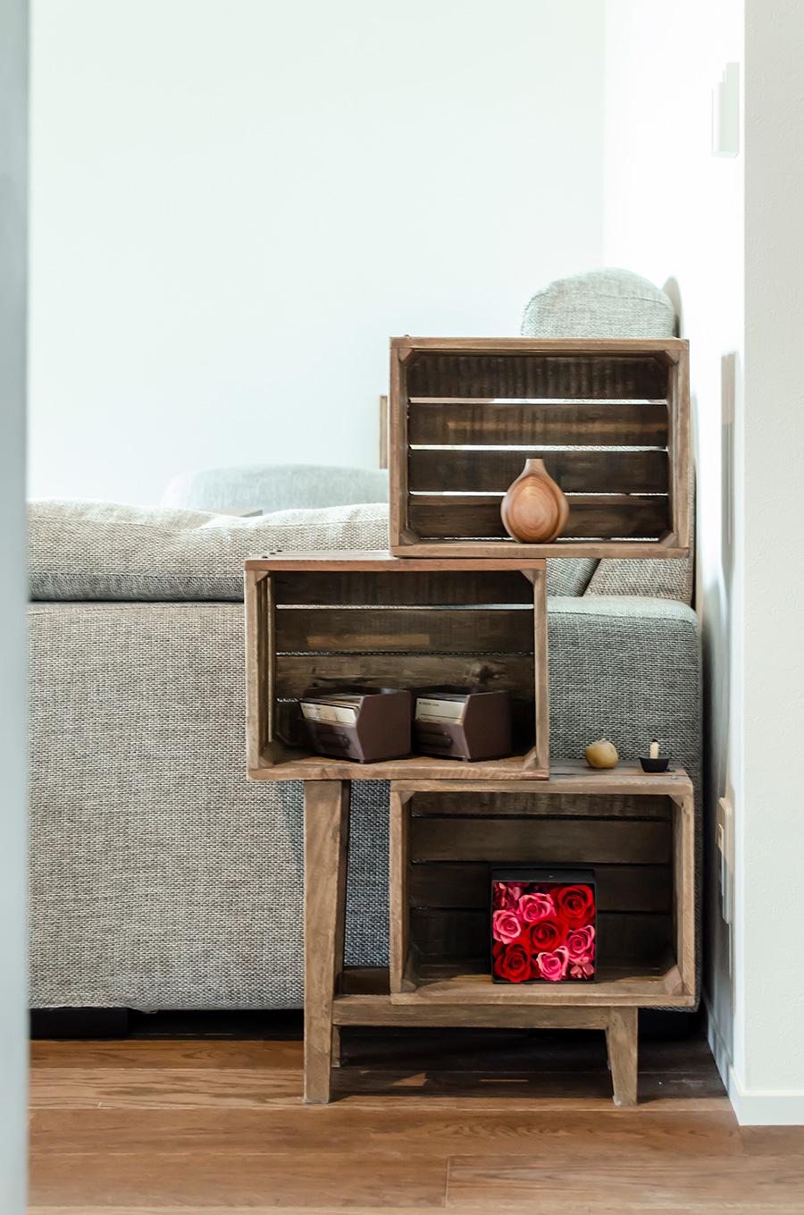 床、扉、家具など、木材は色味を統一。