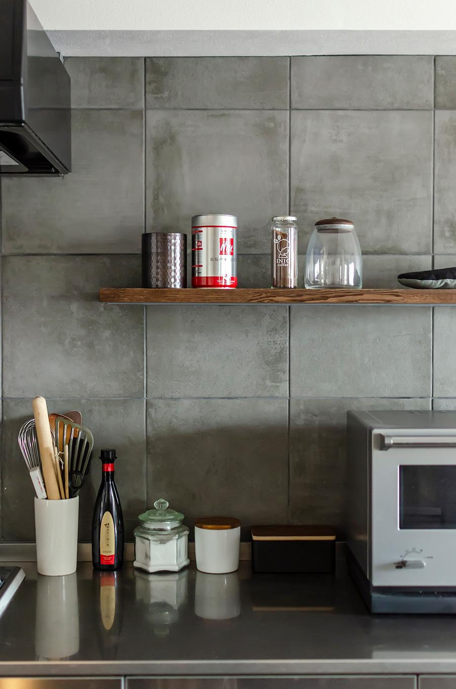 キッチンの壁にはモルタル調のタイルを。