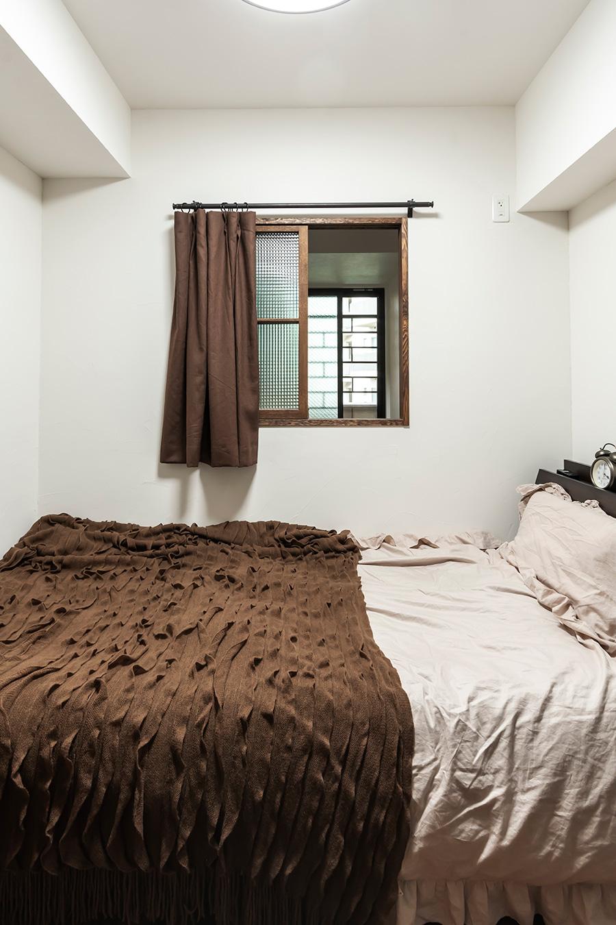 夫婦それぞれの寝室に小窓を設けた。