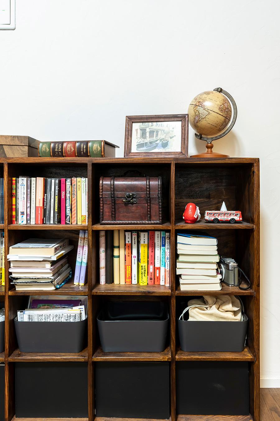 寝室の雰囲気に合わせた木製の本棚。