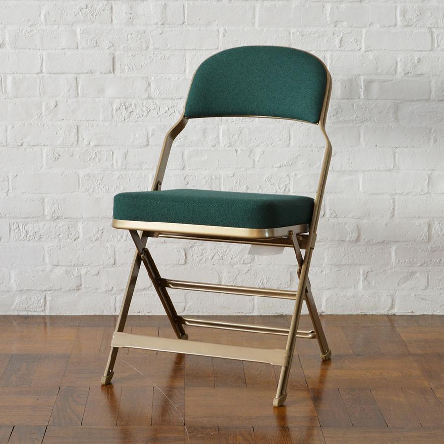 しっかりと厚みのあるクッションが座面と背もたれに装着。